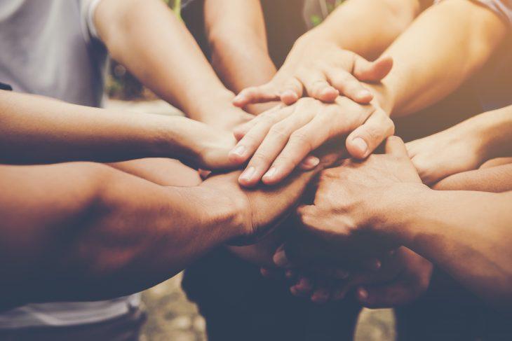 mani di persone unite