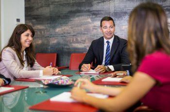 uomo e donne in riunione