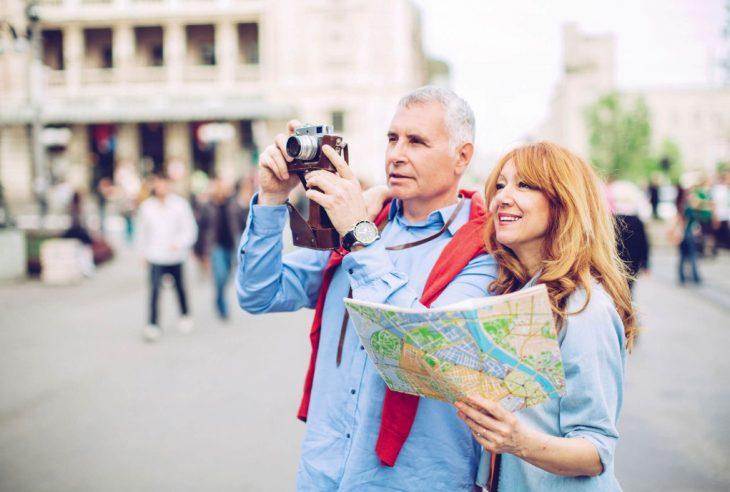 marito e moglie in viaggio dopo la pensione