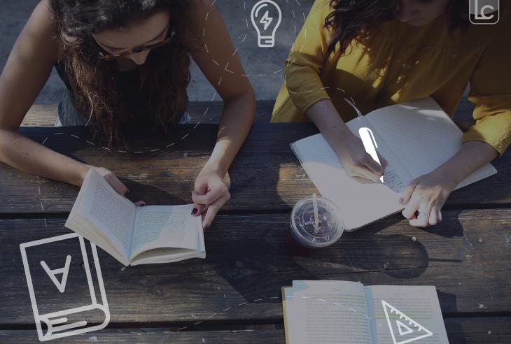 due ragazze che scrivono in un quaderno