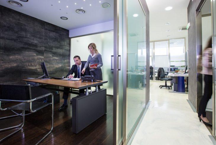 due persone negli uffici leasecredi