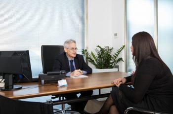 uomo in ufficio con donna