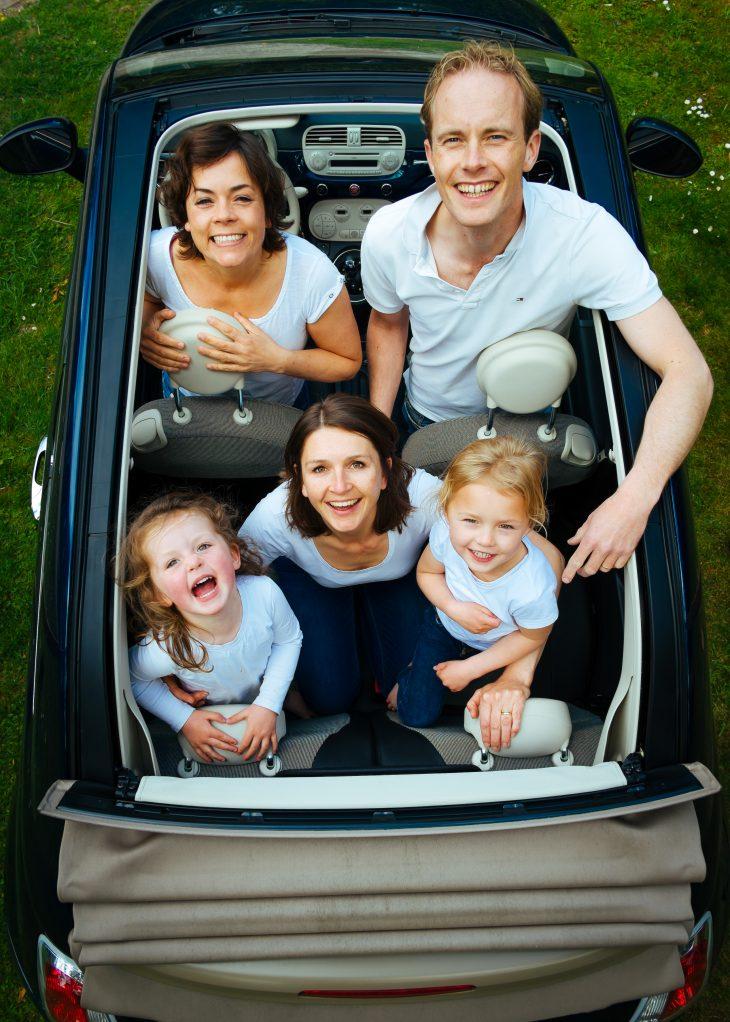 una famiglia in una piccola macchina