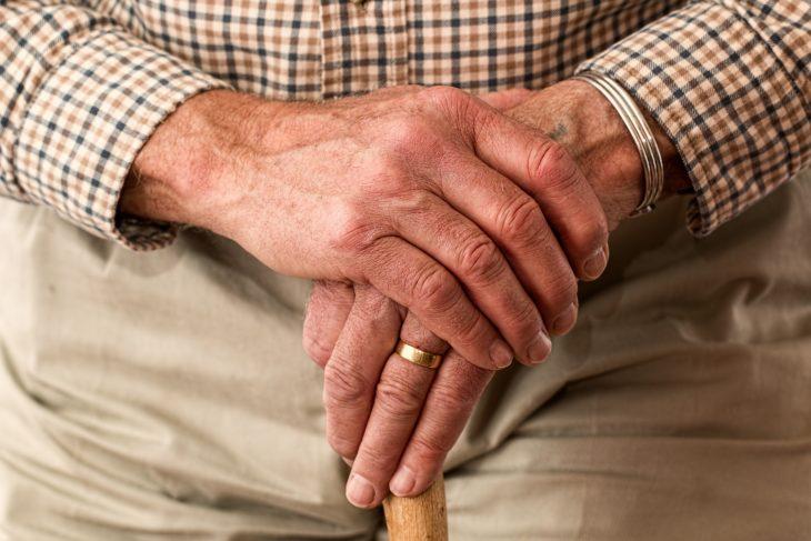 pensionato con mani