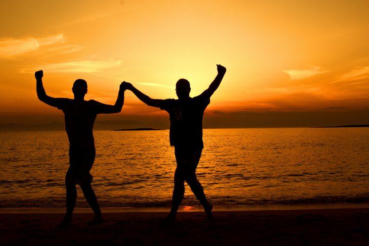 uomini felici durante il tramonto