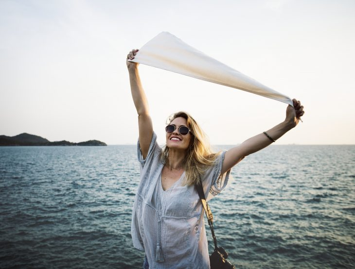 donna al mare felice