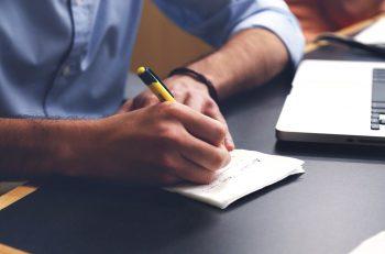 uomo con mano che scrive