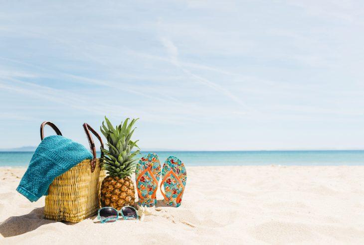 spiaggia con ananas