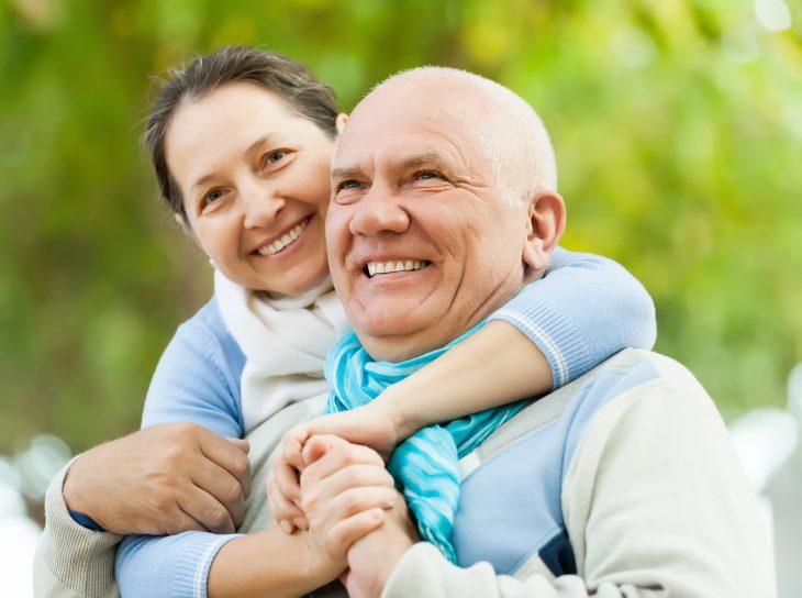 due persone che si abbracciano
