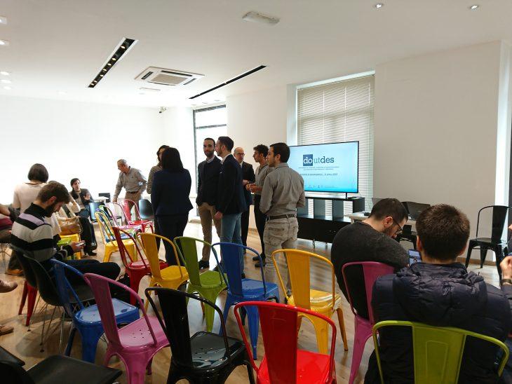 un gruppo di persone in una conferenza