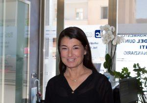 Una donna sorridente in un ufficio