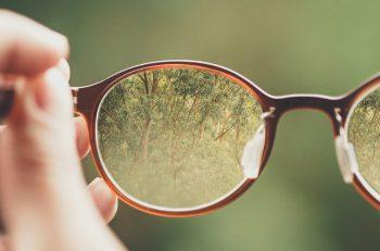 un paio di occhiali e una mano