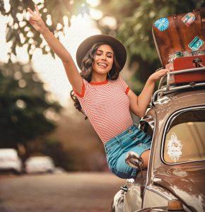 una donna fuori da una macchina