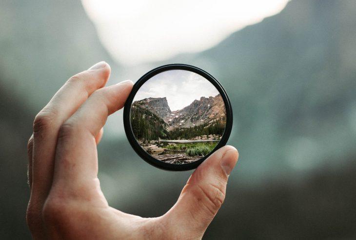 mano lente di ingrandimento montagna